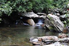 Agua que fluye abajo de corriente Fotos de archivo
