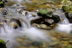 Agua que fluye abajo de The Creek Imagen de archivo libre de regalías