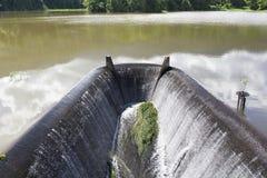 Agua que fluye de la presa. lago. Imágenes de archivo libres de regalías