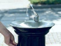 Agua que fluye de una fuente imagen de archivo libre de regalías