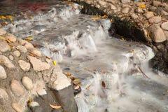 Agua que fluye del pozo Fotos de archivo