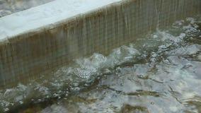 Agua que fluye en el encintado almacen de video