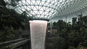 Agua que fluye en la joya del VÓRTICE de la LLUVIA de HSBC almacen de metraje de vídeo