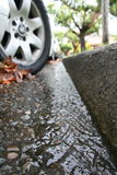 Agua que fluye en un gutt de la calle Imagen de archivo libre de regalías
