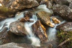 Agua que fluye entre las rocas Foto de archivo libre de regalías