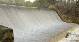 Agua que fluye sobre la presa en cala almacen de metraje de vídeo