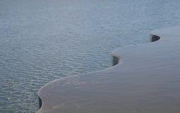 Agua que fluye sobre una curva Imagen de archivo libre de regalías