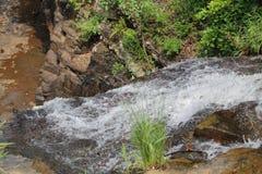 Agua que fluye y que va abajo a la zanja grande Imagenes de archivo