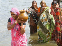 Agua que lleva de la mujer india en un crisol Foto de archivo
