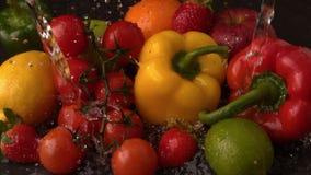 Agua que llueve en la selección de fruta y verdura fresca almacen de video