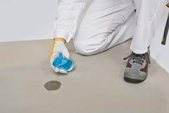 Agua que prueba la humedad de la base del cemento Foto de archivo