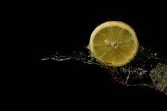 Agua que salpica con el limón. Imagen de archivo libre de regalías