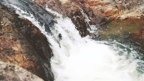 Agua que salpica contra la cámara lenta de las rocas almacen de video