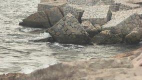Agua que salpica contra rocas almacen de metraje de vídeo