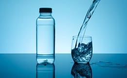 Agua que salpica creativa en el vidrio Foto de archivo
