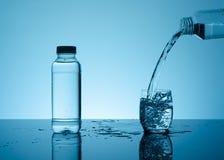 Agua que salpica creativa en el vidrio Fotografía de archivo libre de regalías