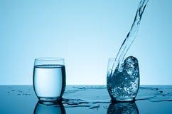 Agua que salpica creativa en el vidrio Imagen de archivo