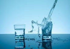 Agua que salpica creativa en el vidrio Foto de archivo libre de regalías