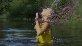 Agua que salpica del pelo almacen de metraje de vídeo