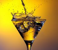 Agua que salpica en el vidrio de vino Foto de archivo