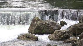 Agua que salpica en piedras, tiempo de la cascada que pasa cerca, efecto visual creativo metrajes