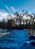 Agua que se derrama sobre la presa en cala de la sal fotos de archivo