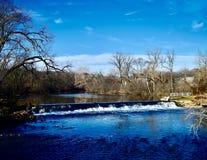 Agua que se derrama sobre la presa en cala de la sal fotografía de archivo libre de regalías
