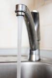 Agua que se ejecuta abajo Imagen de archivo libre de regalías