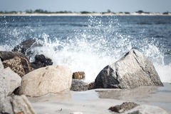 Agua que se estrella en las rocas 2 Imagen de archivo