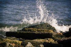 Agua que se estrella en las rocas 4 Fotos de archivo