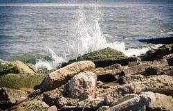 Agua que se estrella en rocas Fotos de archivo libres de regalías