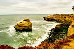 Agua que se rompe contra rocas fotografía de archivo