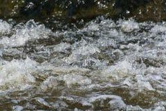 Agua que transporta burbujear en balsa imagenes de archivo