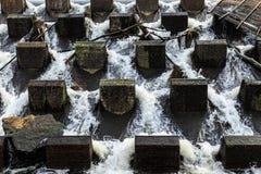 Agua que vierte abajo Fotos de archivo libres de regalías