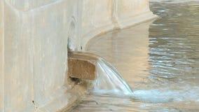 Agua que vierte en fuente de la ciudad metrajes