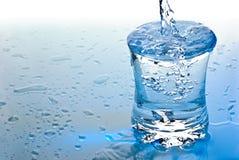 Agua que vierte en un vidrio foto de archivo libre de regalías
