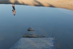 Agua quebrada de la calzada de madera Imagenes de archivo