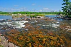 Agua rápida sobre rocas rojas foto de archivo