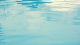Agua rasgada azul en piscina almacen de video