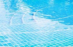 Agua rasgada onda azul en piscina Imagen de archivo libre de regalías
