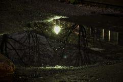 Agua reflejada en el callejón Imágenes de archivo libres de regalías