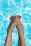 Agua relajante de las vacaciones de los pies de pie de la mujer Fotos de archivo libres de regalías