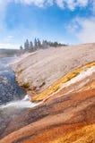 Agua rica mineral que mancha el lado de la roca fotografía de archivo libre de regalías
