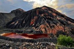 Agua roja del montón inútil de la mina de carbón vieja Imágenes de archivo libres de regalías