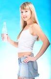 Agua rubia atractiva de la bebida de la botella foto de archivo libre de regalías
