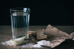 Agua, sal, y cebolla Imagenes de archivo