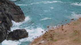 Agua salvaje del océano en la ensenada de Kynance en Cornualles metrajes