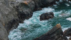Agua salvaje del océano en la ensenada de Kynance en Cornualles almacen de video