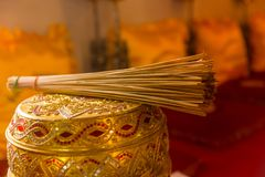 Agua santa para el monje tailandés en templo budista Foto de archivo libre de regalías