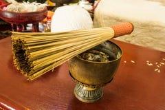 Agua santa tailandesa en el cuenco imagenes de archivo